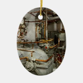 Steampunk - dans la salle des machines ornement ovale en céramique