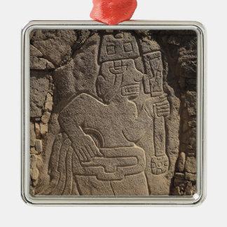 Stela dépeignant un guerrier tenant un club ornement carré argenté