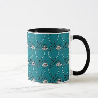 Stéthoscope drôle pour le docteur sur le vert mug