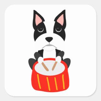Sticker Carré Chien frais de Boston Terrier jouant des tambours