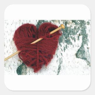 Sticker Carré Coeur rouge de laine sur la photographie d'écorce