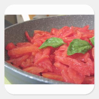Sticker Carré Cuisson de la sauce tomate faite maison utilisant