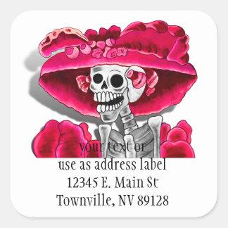 Sticker Carré Femme squelettique riante dans le capot rouge