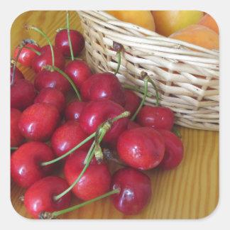 Sticker Carré Fruits frais d'été sur la table en bois légère