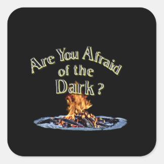 Sticker Carré La question est sont vous effrayés de l'obscurité