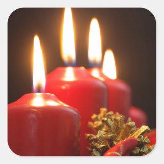 Sticker Carré Les bougies rouges d'un avènement tressent avec