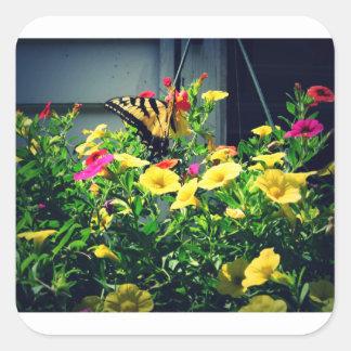 Sticker Carré Papillon jaune avec la photo de fleurs