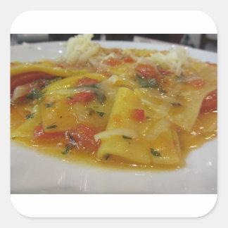 Sticker Carré Pâtes faites maison avec la sauce tomate, oignon,