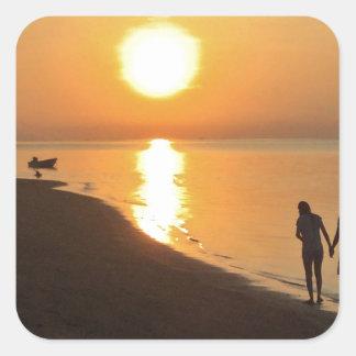 Sticker Carré Promenade de matin sur la plage