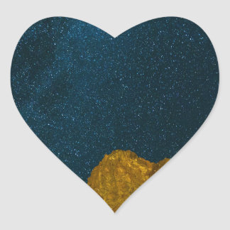 Sticker Cœur Ciel nocturne étoilé au-dessus de paysage rocheux
