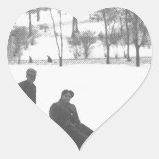 Sticker Cœur Deux garçons tirant deux filles sur des traîneaux