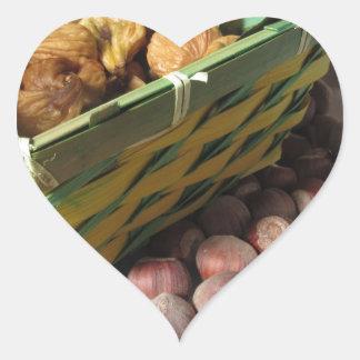 Sticker Cœur Fruits d'automne avec des noisettes et des figues