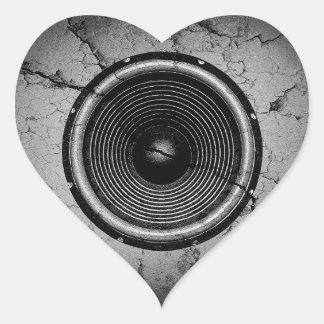 Sticker Cœur Haut-parleur de musique sur un mur criqué