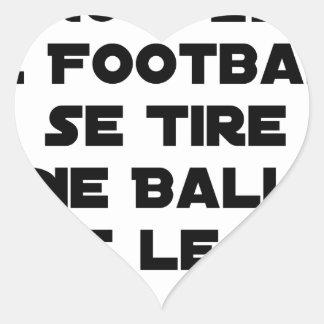 STICKER CŒUR MATCHS TRUQUÉS, LE FOOTBALL SE TIRE UNE BALLE DANS