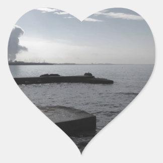 Sticker Cœur Paysage industriel le long de la côte polluant