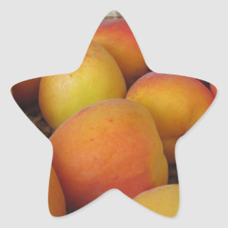 Sticker Étoile Abricots frais dans un panier en osier