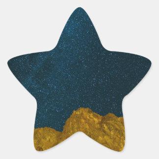 Sticker Étoile Ciel nocturne étoilé au-dessus de paysage rocheux