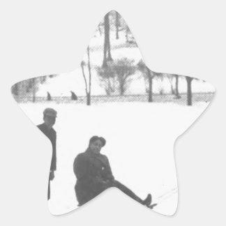 Sticker Étoile Deux garçons tirant deux filles sur des traîneaux