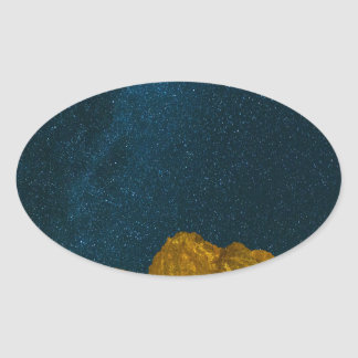 Sticker Ovale Ciel nocturne étoilé au-dessus de paysage rocheux