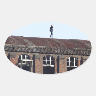 Sticker Ovale Fille sur le toit 02,2, endroits perdus