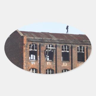 Sticker Ovale Fille sur le toit - endroits perdus