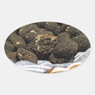 Sticker Ovale Groupe de truffes noires chères italiennes