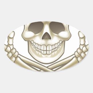 Sticker Ovale Le crâne de bande dessinée et le pirate d'os