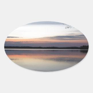 Sticker Ovale Les nuages roses réfléchissent sur le lac junior à