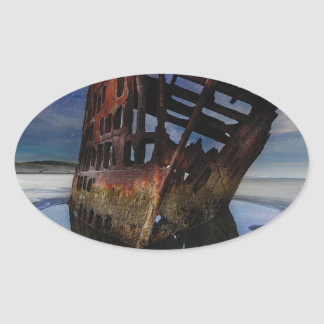 Sticker Ovale Naufrage de Peter Iredale sous le ciel nocturne