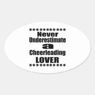 Sticker Ovale Ne sous-estimez jamais l'amant Cheerleading