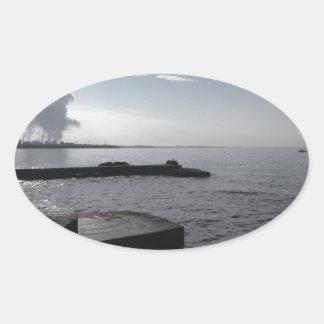 Sticker Ovale Paysage industriel le long de la côte polluant