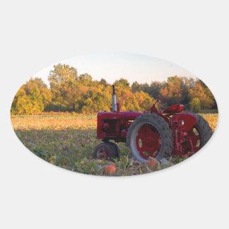 Sticker Ovale Tracteur dans un domaine de citrouille