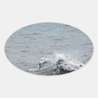 Sticker Ovale Vagues sur la glace