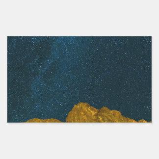 Sticker Rectangulaire Ciel nocturne étoilé au-dessus de paysage rocheux