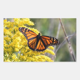 Sticker Rectangulaire Papillon de monarque sur l'autocollant doré de