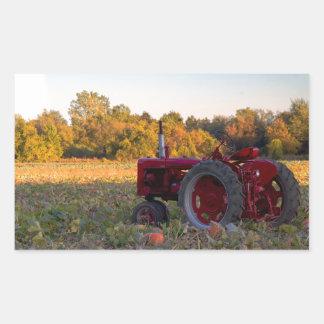 Sticker Rectangulaire Tracteur dans un domaine de citrouille