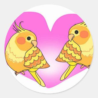 Sticker Rond Amour d'oiseau de Cockatiel sur la branche