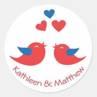 Sticker Rond Amour rouge et perruches bleues épousant des