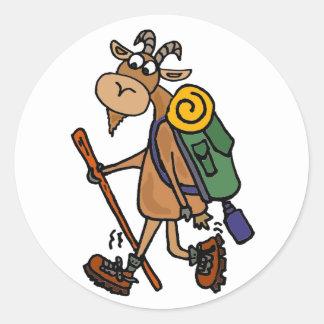 Sticker Rond Art drôle de randonnée de chèvre
