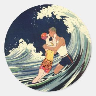 Sticker Rond Baiser vintage d'amants d'art déco dans les vagues