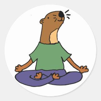Sticker Rond Bande dessinée de pratique mignonne de yoga de