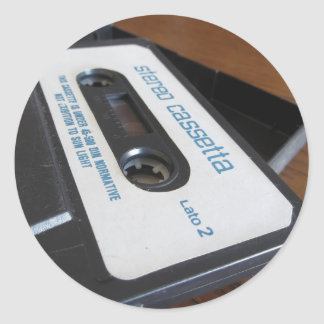 Sticker Rond Bande vintage de cassette audio sur la table en