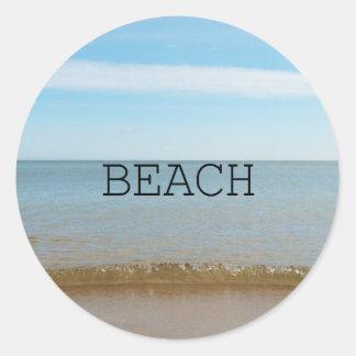 Sticker Rond Beau bonheur de plage avec la vague douce
