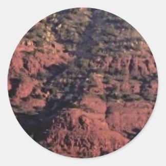 Sticker Rond bosses et morceaux dans la roche rouge