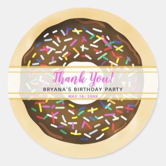 Sticker Rond Brun chocolat arrosez la fête d'anniversaire de