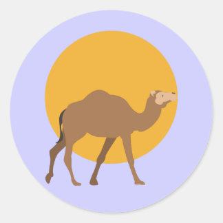 Sticker Rond Chameau marchant sous une lune jaune