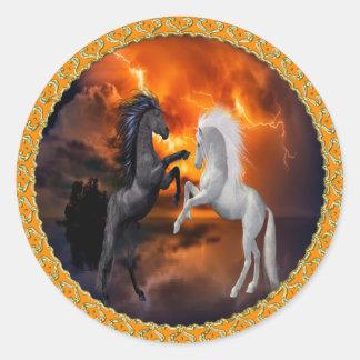 Sticker Rond Chevaux combattant dans une mauvaise tempête de