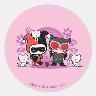 Sticker Rond Chibi Harley Quinn et Catwoman de Chibi avec des