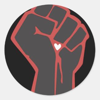 Sticker Rond Coeur augmenté de révolutionnaire de poing