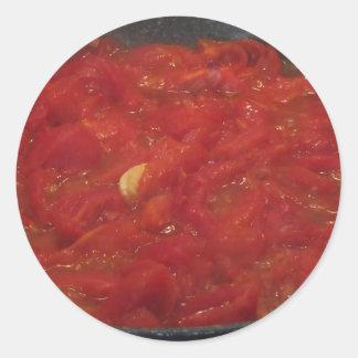 Sticker Rond Cuisson de la sauce tomate faite maison utilisant